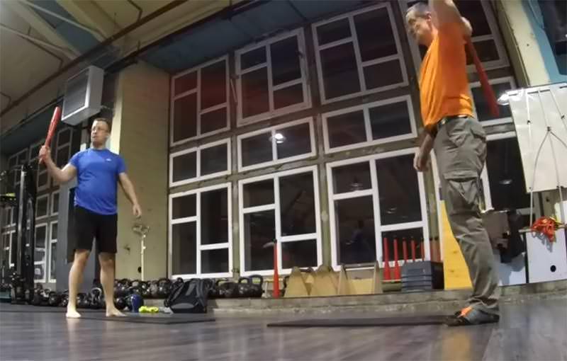 haladó légiós tréning edzés közben clubbellel